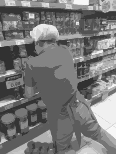 empleado supermercado en riesgo postural